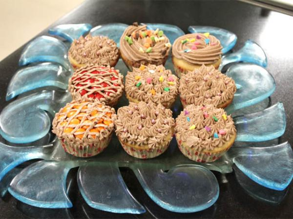Cake Making Recipes In Urdu: Chocolate Chip Cup Cakes With Chocolate Fudge Frosting